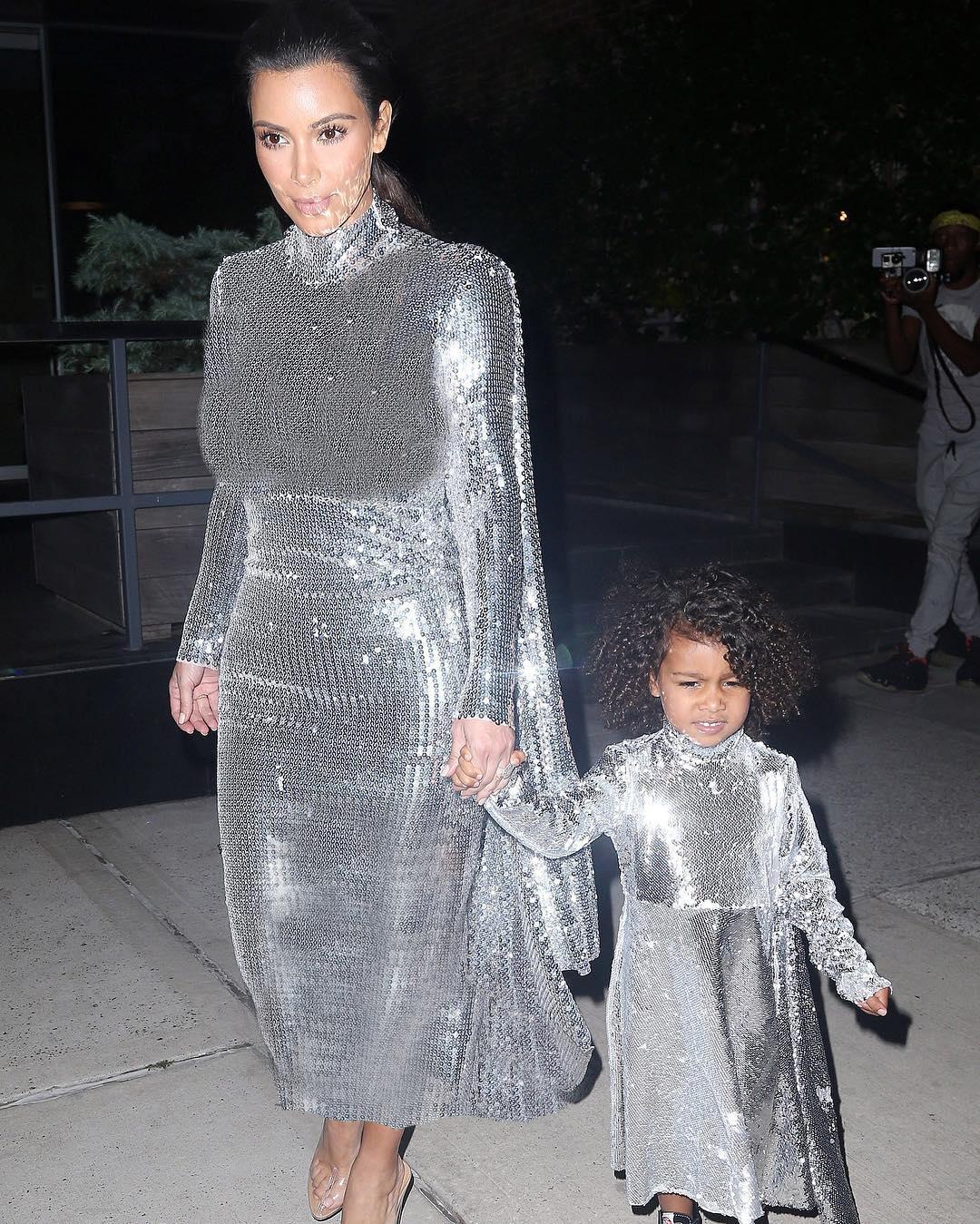لباس ست و زیبای کیم کارداشیان و دخترش در حال رفتن به کنسرت شوهرش! +عکس