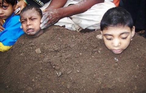 عکس : زنده به گور کردن کودکان در کود به امید شفا یافتن!!!