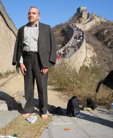 عکس: نماز خواندن روی دیوار چین !