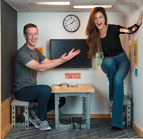 عکس خندان مارک زاکربرگ (موسس فیسبوک ) و سلنا گومز در یک اتاق کوچک