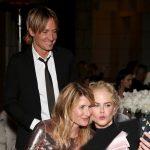 ژست خنده دار نیکول کیدمن در حال گرفتن سلفی با همسرش و لارا درن +عکس