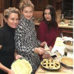 عکس جدید جی جی حدید و خواهرش در کنار مادر در حال شیرینی پزی در روز شکرگزاری