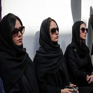مراسم تشییع پیکر ناصر ملک مطیعی | بوسه پرویز پرستویی بر پای ناصر ملک مطیعی