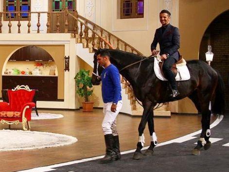 وقتی امین حیایی با اسب سواری به برنامه دورهمی آمد ! + عکس