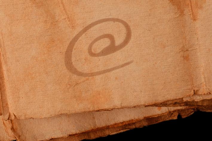 نماد @ (ات ساین) از کجا آمده است و چه تاریخچه ای دارد؟