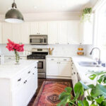 قراردادن گل طبیعی در آشپزخانه با رنگ سفید