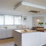 آشپزخانه ای با دیواره چوبی و سقف کاذب زیبا