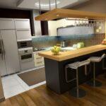 فضای کوچکی که هم آشپزخانه شده است و هم اتاق کار