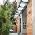 پارتیشن چوبی شیکی که اتاق خواب را از حیاط خانه جدا می سازد+تصاویر