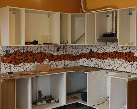 آموزش تزئین دیوار آشپزخانه با کاشی شکسته + تصاویر