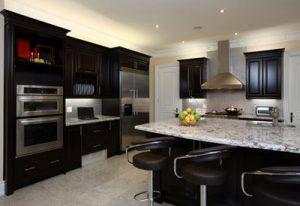 طراحی و دکوراسیون شیک آشپزخانه با کابینت های تیره رنگ