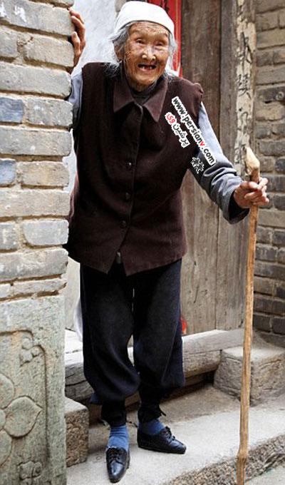 آخرین زن بازمانده و قربانی سنت ظالمانه چین باستان +عکس