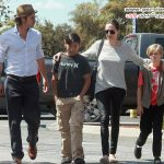 گردش خرید آنجلینا جولی و برد پیت با دخترو پسرشان +عکس