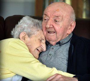 اقامت مادر ۹۸ ساله در خانه سالمندان برای نگهداری از پسر ۸۰ ساله اش!