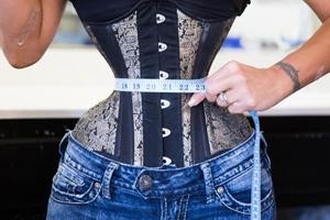روش طاقت فرسای زنی برای رسیدن به تناسب اندام ساعت شنی