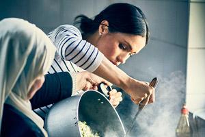 مگان مارکل همسر شاهزاده هری و آشپزی با ساکنان برج گرنفل لندن