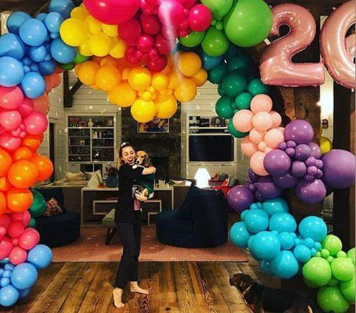 جشن تولد ۲۶ سالگی مایلی سایرس در کنار نامزد و خانواده اش