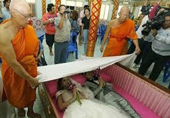 مراسم ازدواج داخل تابوت