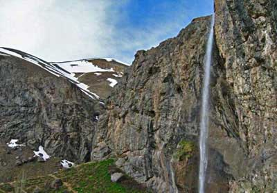 آبشاری در میان سنگها +تصاویر