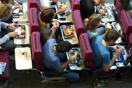 برای اینکه بدانید چرا غذا در هواپیما طعم خاص دارد این مطلب را بخوانید+تصاویر