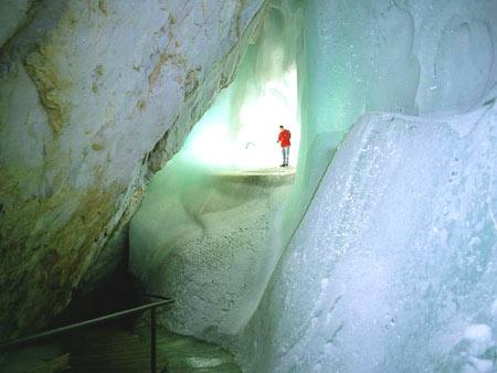 از غارهای یخی شگفت انگیز در اتریش+تصاویر