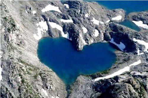 دریاچه قلبی بسیار زیبا در ارتفاعات پاکستان