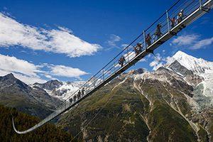 قدم زدن روی هیجان انگیز ترین و ترسناکترین پل معلق دنیا