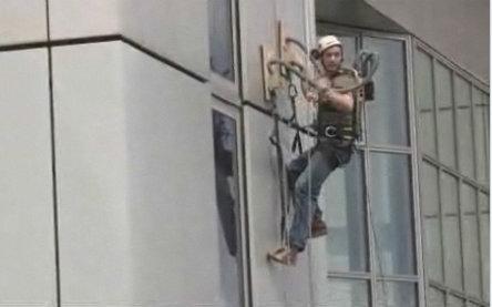 بالا رفتن از ساختمان به وسیله دستکش های خلاء