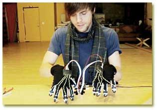 ساخت دستکشهای جادویی که پیانوی مجازی مینوازند