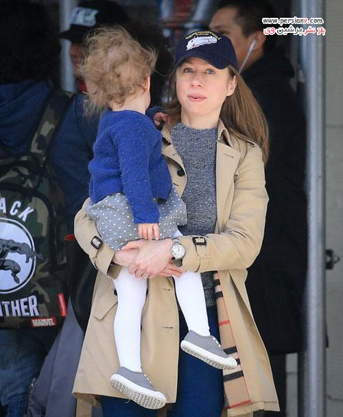 دختر کلینتون و شوهر و فرزندانش هنگام خروج از آپارتمانشان در نیویورک +عکس