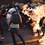 آتش زدن دانشجوی جوان در اعتراضات ونزوئلا به اتهام دزدی!