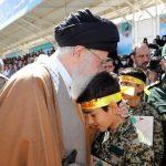 دست نوازش رهبری بر سر فرزندان شهدای مدافع حرم + تصاویر