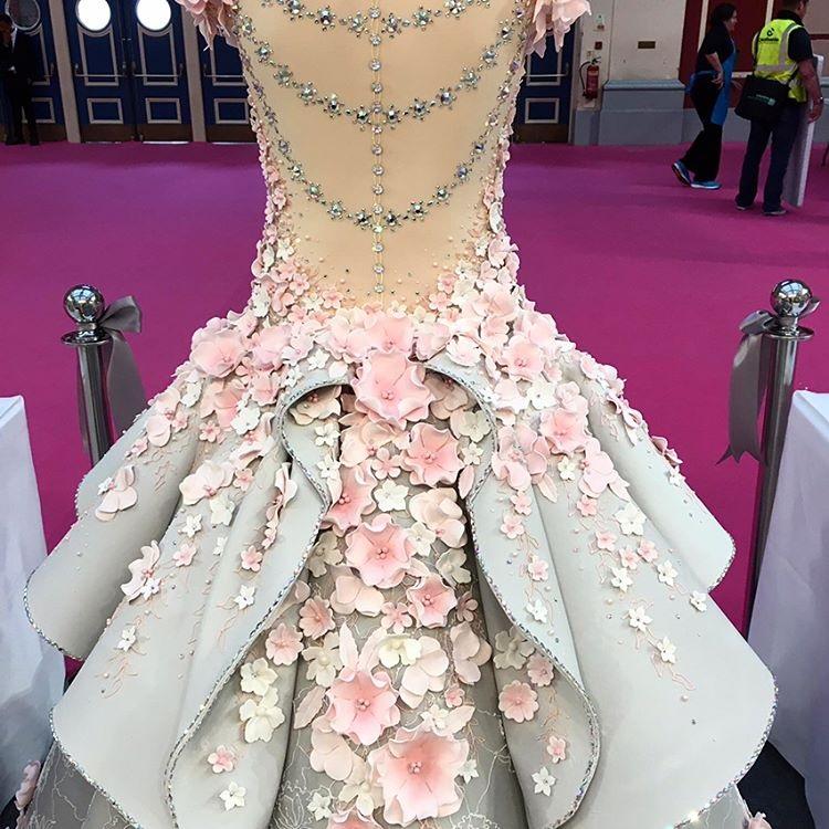 کیکی به شکل لباس عروس