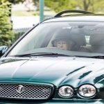 رانندگی ملکه بریتانیا در 91 سالگی!