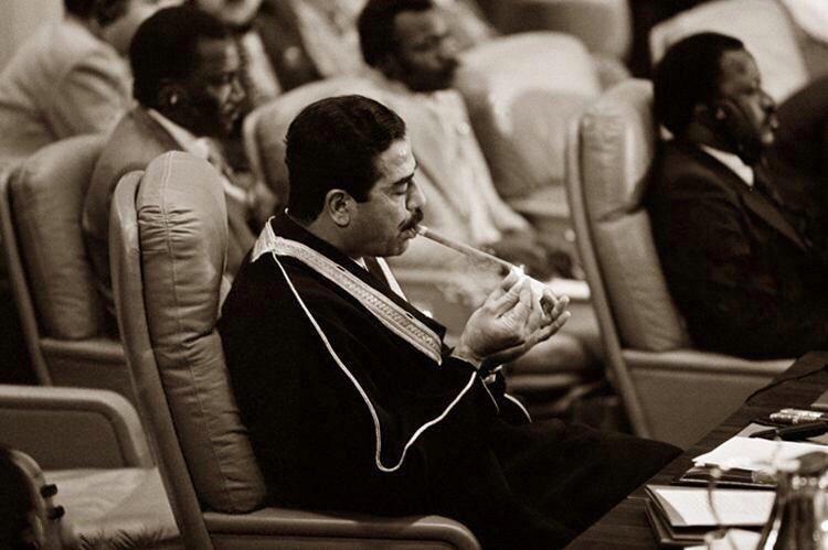 سیگار کشیدن صدام حسین