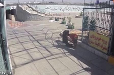 اولین فیلم از لحظه ورود ۲ تروریست به حرم امام خمینی!