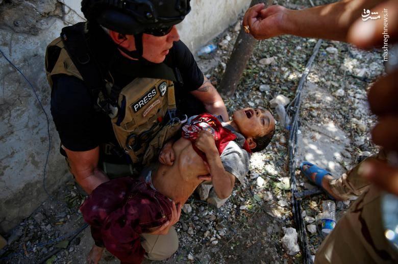 کمک خبرنگار به کودک عراقی