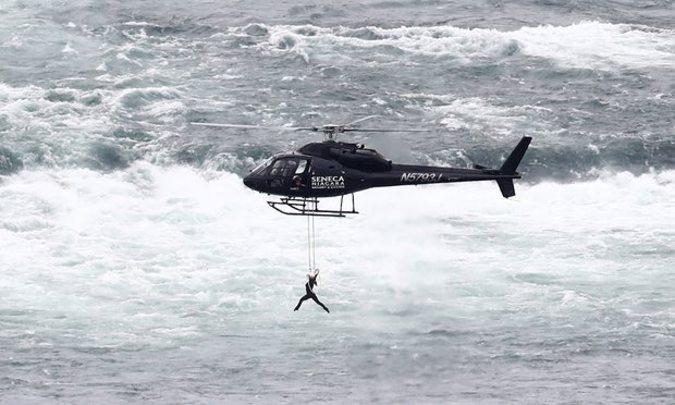 آویزان شدن یک زن از هلیکوپتر