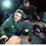 جاستین بیبر خواننده سرشناس با ماشین به عکاس زد!