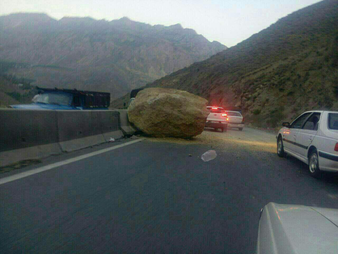 سقوط تخته سنگ در محور هراز