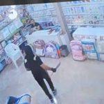 حمله وحشیانه ۲ شرور با قمه به صاحب فروشگاهی در تهران+ فیلم