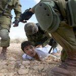 تصویر لو رفته از شکنجه عجیب یک کودک در زندانی در یمن!