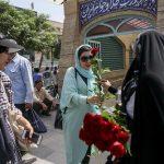 اهداء گل به بانوان در بازار تهران!