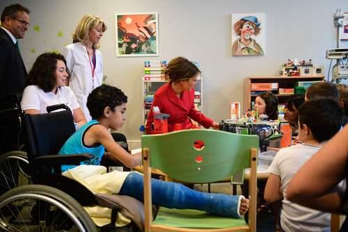 همسر ترامپ در بیمارستان کودکان