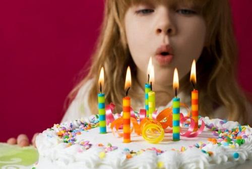 چرا دیگر نباید شمع کیک تولدتان را فوت کنید !