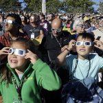 اولین تصاویر از خورشیدگرفتگی هیجانانگیز قرن | ترامپ هم کسوف را رصد کرد!