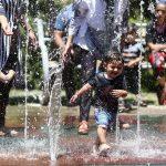 آبتنی کودکانه در میدان نقش جهان اصفهان