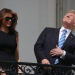 ترامپ و خانوادهاش در حال تماشای کسوف از بالکن کاخ سفید