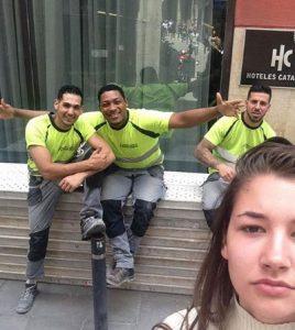 زنی که با مزاحمان خیابانیاش سلفی گرفت!