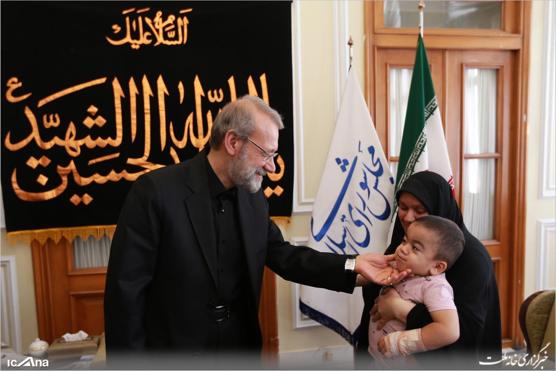 دیدار لاریجانی با کودک نجات یافته حادثه مجلس